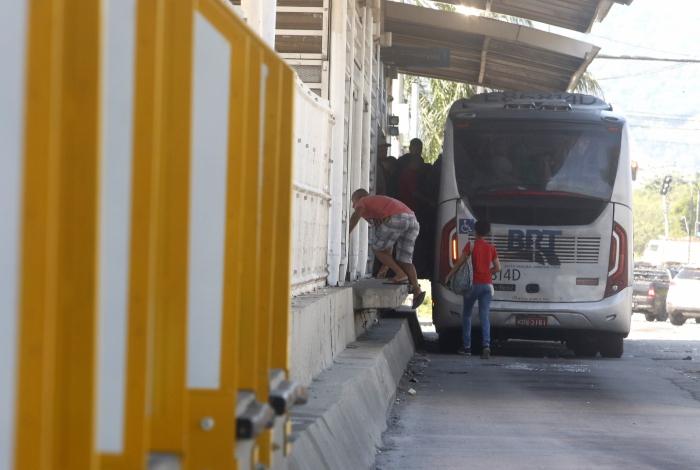 Photo of Passageiros dão calote no BRT de Mato Alto mesmo com instalação de guarda-corpos