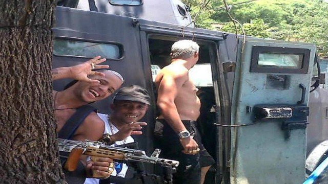 Photo of Policias militares são denunciados por ligação com tráfico; Traficante fizeram foto dentro do CAVEIRÃO