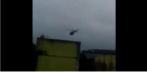 Photo of Moradora flagra helicóptero da polícia jogando granada na Cidade de Deus