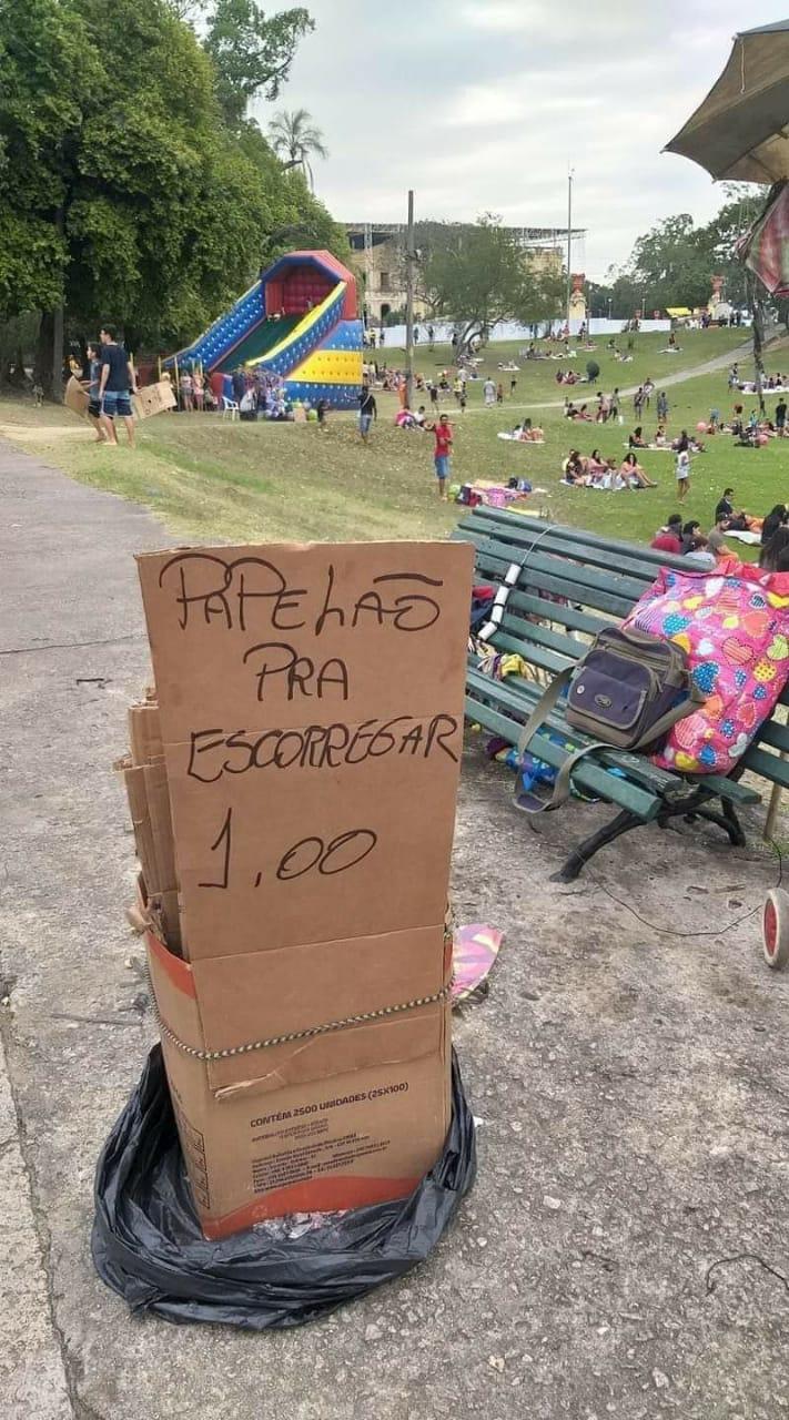 Photo of Homens vendem papelão para escorregar no Alto da Boa Vista