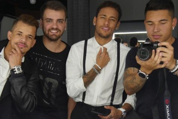Jornal revela valor mensal que Neymar paga aos 'parças'