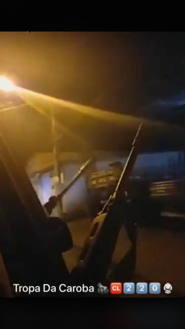 Milicianos desfilam com fuzis na comunidade da Carobinha