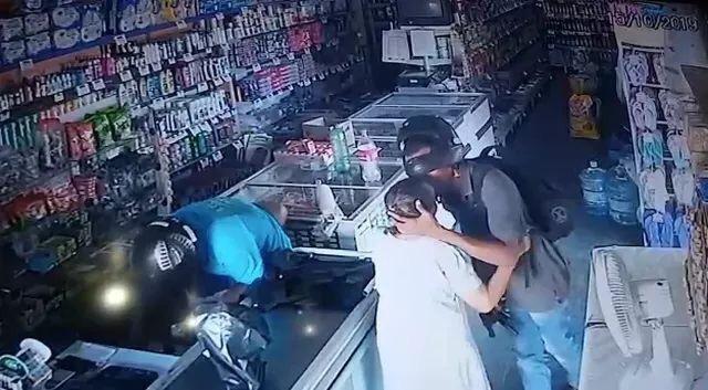 Assaltante dá beijo em idosa e se recusa a assalta-la