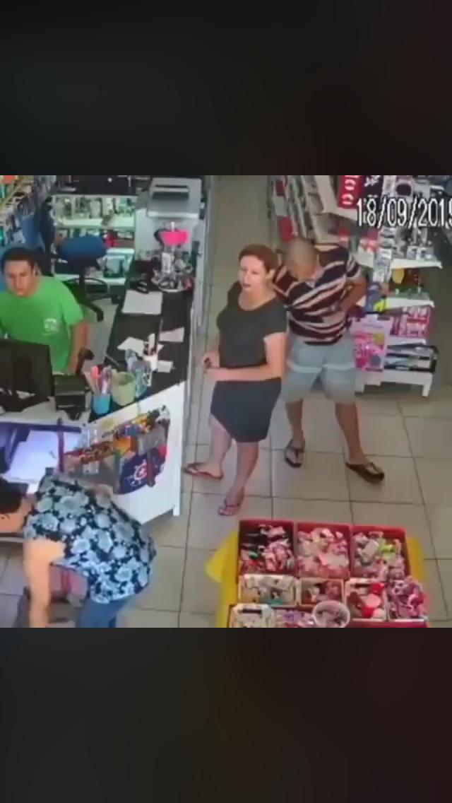 Photo of Homem tira foto da parte de baixo da saia de mulher em loja