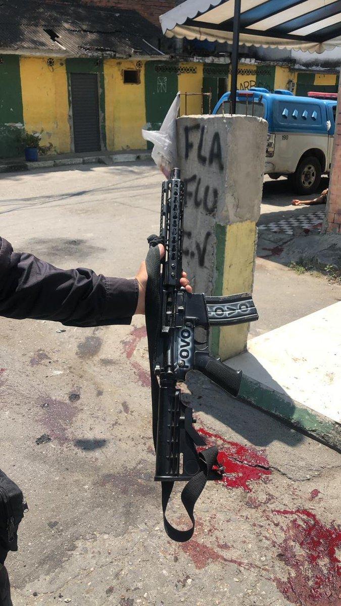 Photo of Imagem de fuzil apreendido pela PM mostra bastante sangue de traficantes baleados