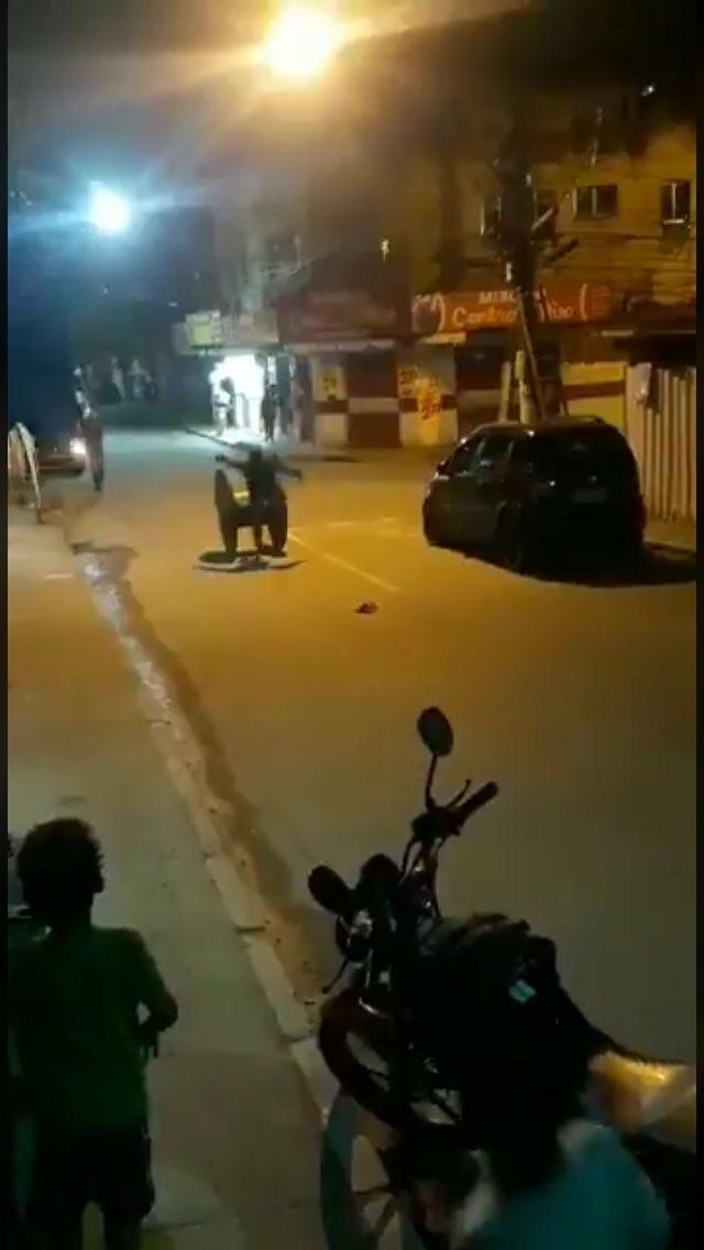 Photo of IMAGENS FORTES: granada explode após homem brincar em rolo de madeira