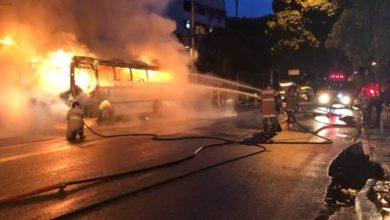 Photo of Ônibus pega fogo e fecha Rua Jardim Botânico nos dois sentidos