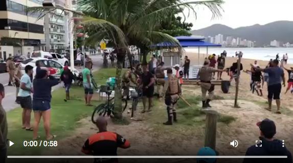 Photo of [VÍDEO] Polícia usa bombas de gás lacrimogênio e balas de borracha para retirar pessoas da praia