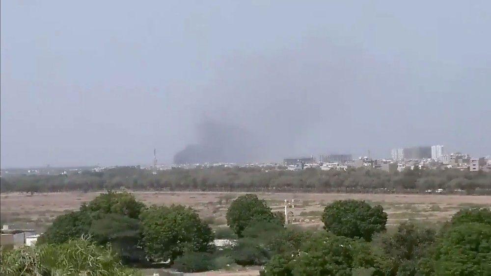 Photo of Avião cai com mais de 100 pessoas a bordo em área residencial.